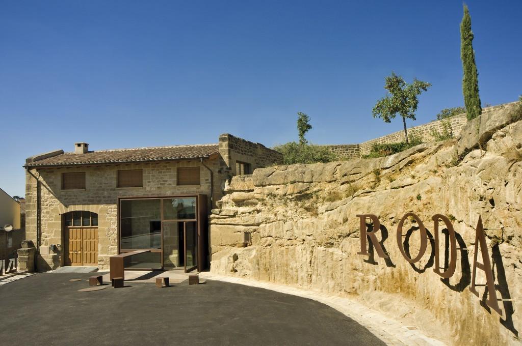 The entrance and wine bar: Bodegas RODA, La Rioja